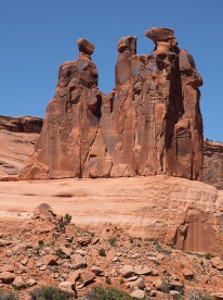 The Three Gossips, Arches